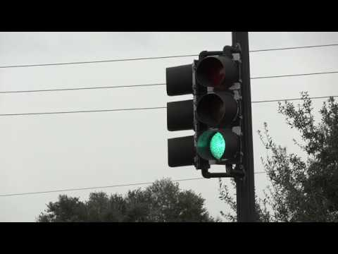 Traffic light changing between green, yellow and red